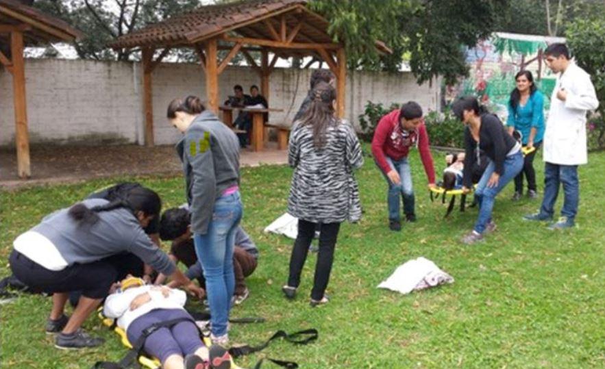Ecuadorian LATE students teaching first aid